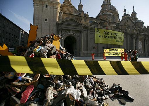Greenpeace. Pirámide de zapatos viejos de socios, voluntarios y personas que han colaborado con Greenpeace. Foto: Greenpeace, Pedro Armestre.